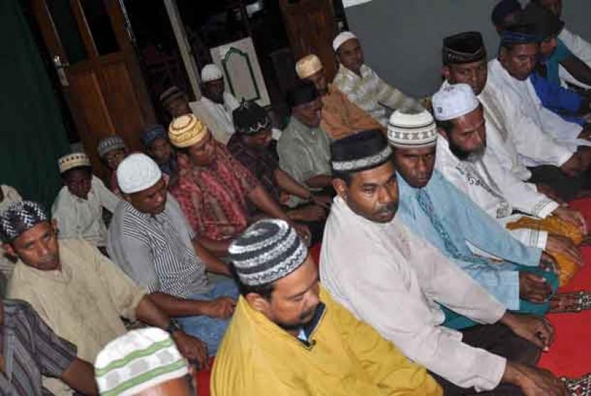 Warga muslim Papua melaksanakan shalat berjamaah.