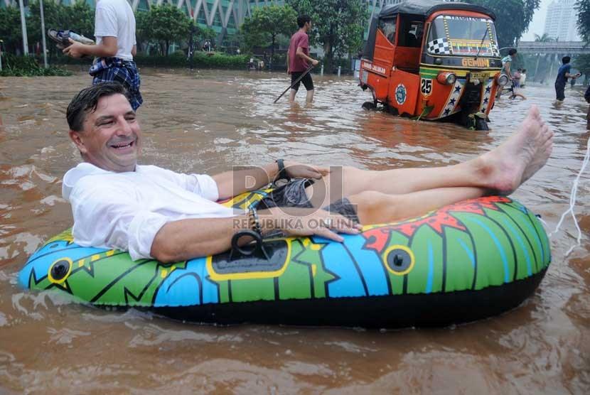 Warga negara asing asal swiss, tom hausler menumpangi perahu karet
