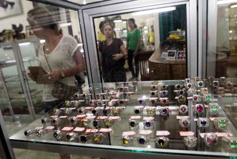Warga negara asing melihat perhiasan perak yang dijual di salah satu toko di Ubud, Bali, Jumat (10/10). (Republika/ Yasin Habibi)
