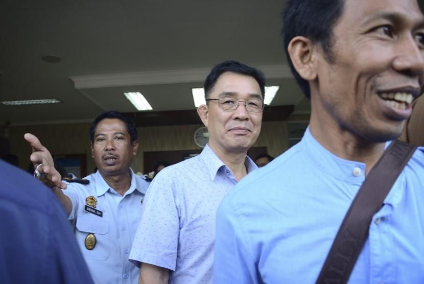 Warga negara Korea, Choi Chunghyun (tengah), berjalan sesaat sebelum dideportasi, di kantor Imigrasi Kelas I Mataram, NTB, Senin (13/2).