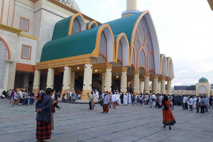 Warga NTB melakukan sholat Ied di Masjid Hubbul Wathan.