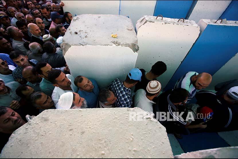 Warga Palestina digiring melintasi pos pemeriksaan menuju kawasan kompleks Al Quds di Jerusalem, Jumat (16/6). Israel melakukan pengawasan ketat termasuk menentukan siapa yang boleh memasuki komples masjid Al Aqsa tersebut.