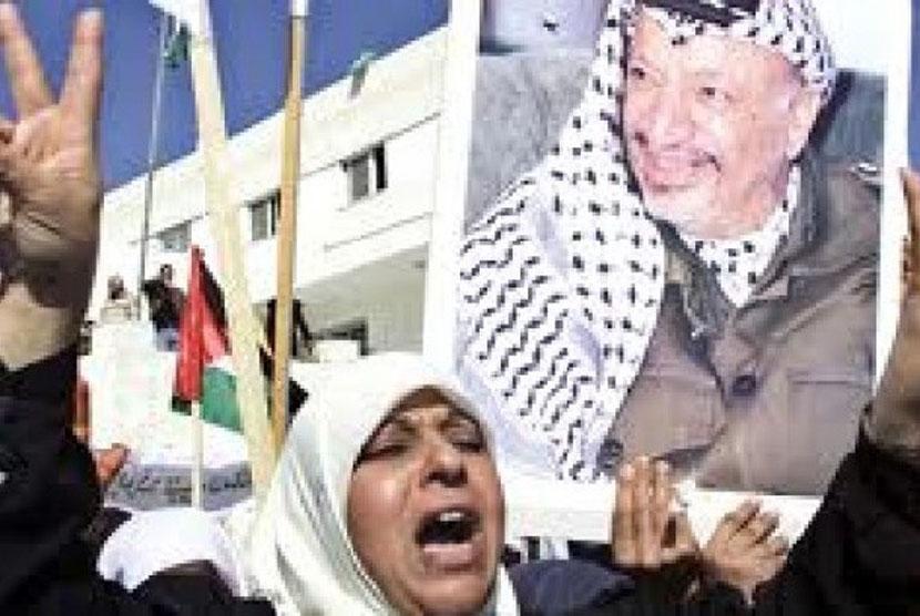 Warga Palestina masih mengelu-elukan Yasser Arafat dalam perayaan milad PLO.