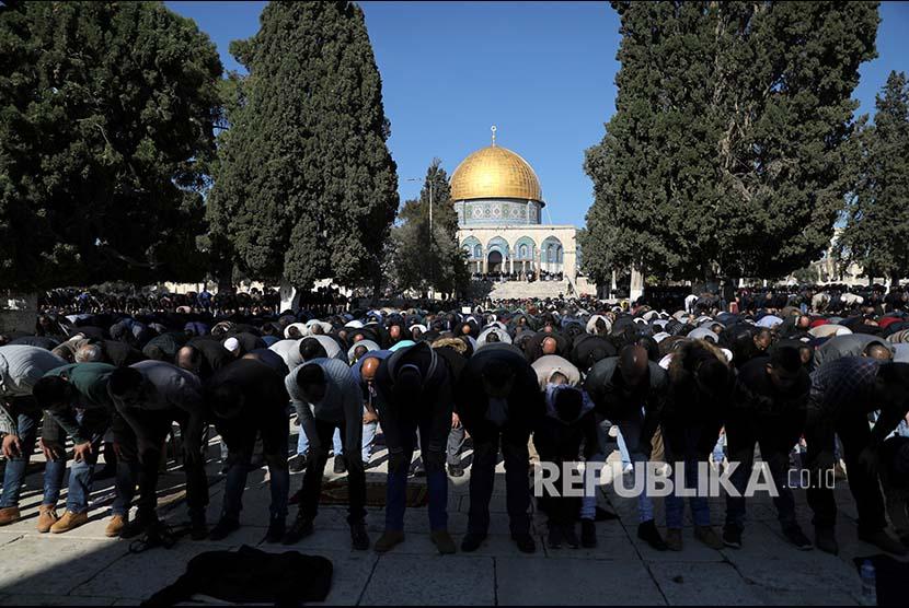 Warga Palestina melaksanakan Shalat Jumat kompleks Al Aqsa, Yerusalem, Jumat (8/12).