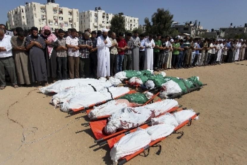 Warga Palestina menggelar shalat jenazah bagi korban yang tewas akibat serangan brutal Israel di Jalur Gaza.