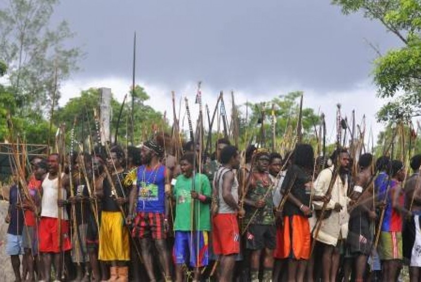 Warga Papua di Kwamki Lama bersiap untuk perang antar kampung