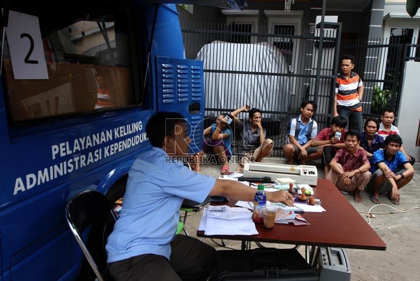 Warga mengantre untuk membuat Surat Keterangan Domisili Sementara (SKDS)
