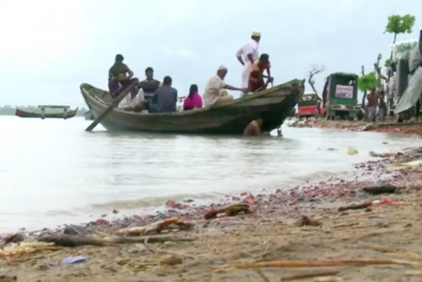 Warga Rohingya yang mengungsi ke Bangladesh (ilustrasi).