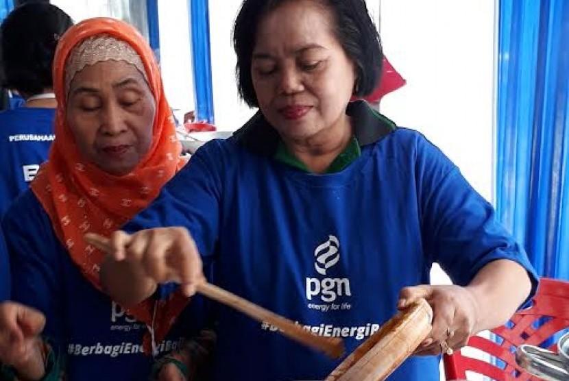 Warga rusun Klender mengikuti pelatihan memasak yang diadakan oleh PGN.