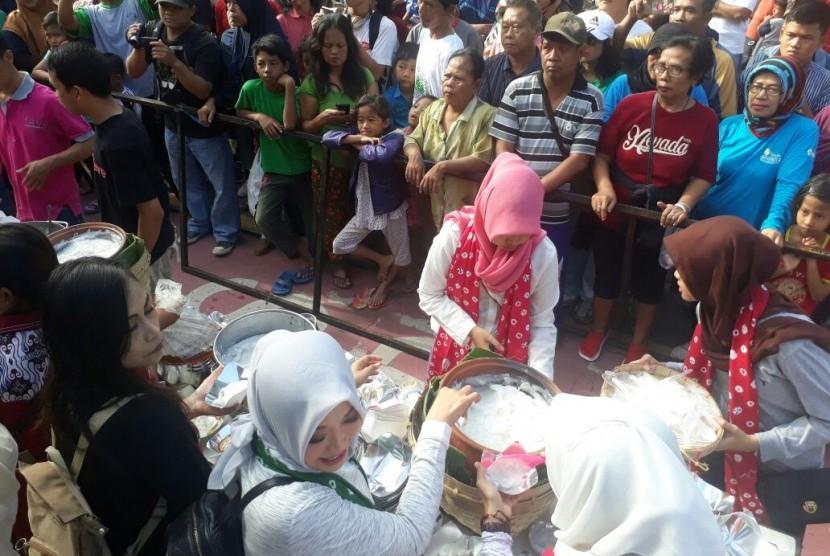 Warga Solo menunggu pembagian jenang sumsum gratis dari desainer, hotel dan pihak lainnya yang terlibat dalam menyukseskan pernikahan Kahiyang Ayu dengan Bobby A Nasution.