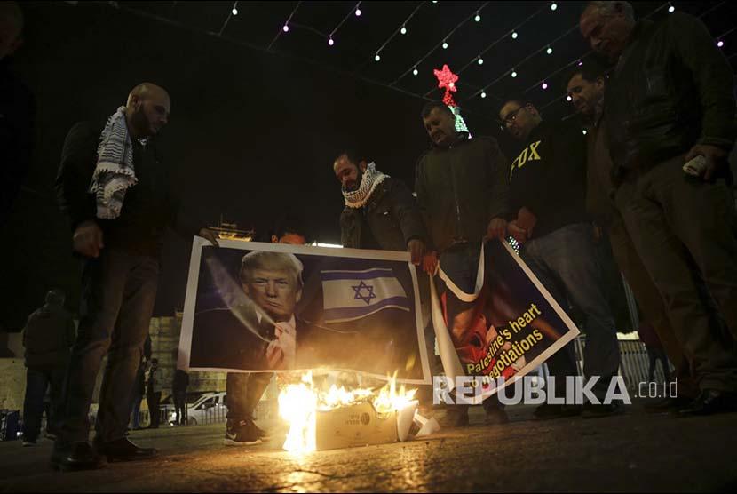 Warga Tepi Barat Palestina berunjukrasa memprotes rencana pengakuan Yerusalem sebagai ibukota Israel oleh pemerintahan Trump, Rabu (6/12). Pejabat senior Pemerintahan Trump mengabarkan Trump akan mengakui Yerusalem sebagai ibukota Israel dan memindahkan kedutaan besarnya ke kota tua ini.