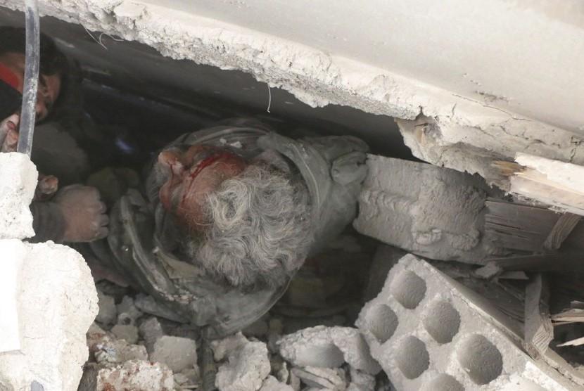 Warga terluka dan terjebak dalam reruntuhan bangunan akibat serangan udara pasukan pemerintah Suriah di Ghouta, pinggiran Damaskus, Suriah, Selasa (20/2).