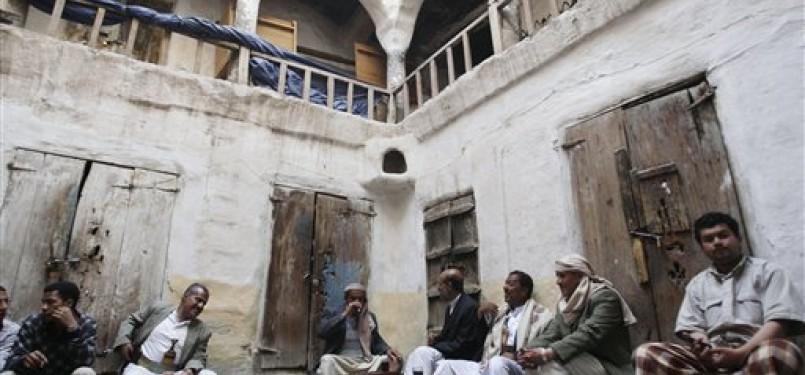 Warga Yaman ngobrol di warung kopi tradisional di Sanaa, Yaman, Sabtu (28/1). (ilustrasi)