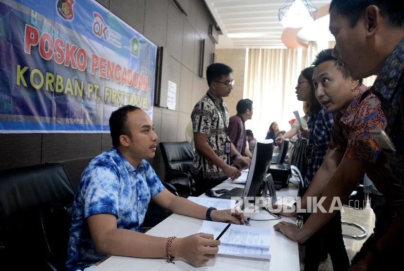 Warga yang menjadi korban First Travel mencari informasi di posko pengaduan korban First Travel di Bareskrim Polri, Jakarta, Jumat (25/8).
