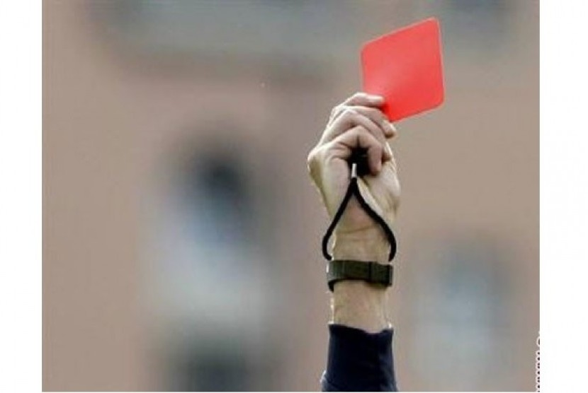 Wasit memberikan kartu merah (ilustrasi)