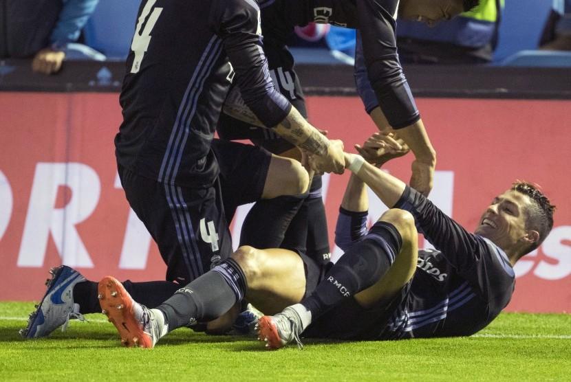 Winger Real Madrid, Cristiano Ronaldo (kanan), merayakan gol keduanya yang dijalakan ke gawang Celta Vigo dalam laga La Liga Spanyol di Stadion Balaidos, Vigo, Rabu (17/5).