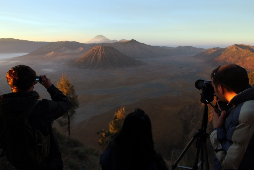 Wisata Gunung Bromo yang berada di empat wilayah, yakni Kabupaten Probolinggo, Pasuruan, Lumajang, dan Kabupaten Malang.