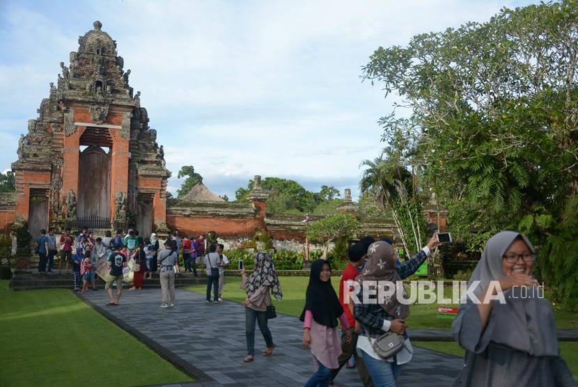 Wisatawan berfoto di Pura Taman Ayun, Kabupaten Badung, Bali, Senin (25/12).