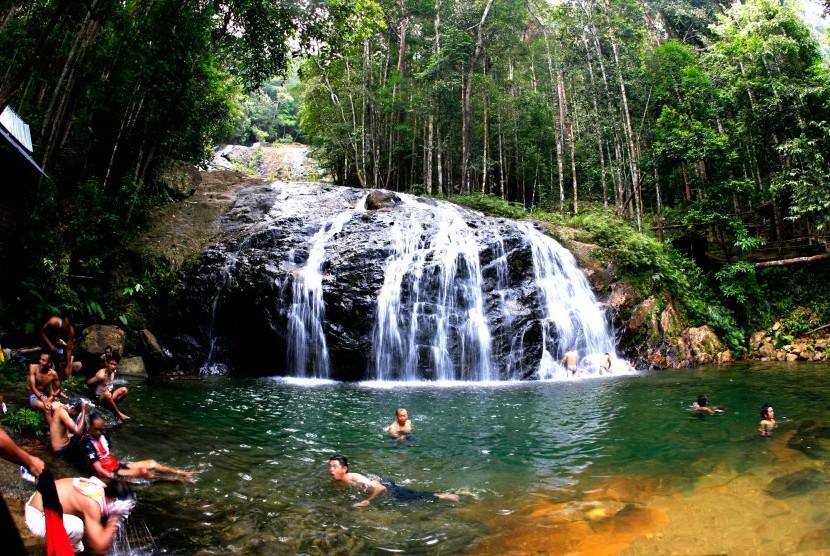 Wisatawan lokal sedang mandi dikolam dari air terjun Resun di Daik, Kabupaten Lingga, Kepulauan Riau.