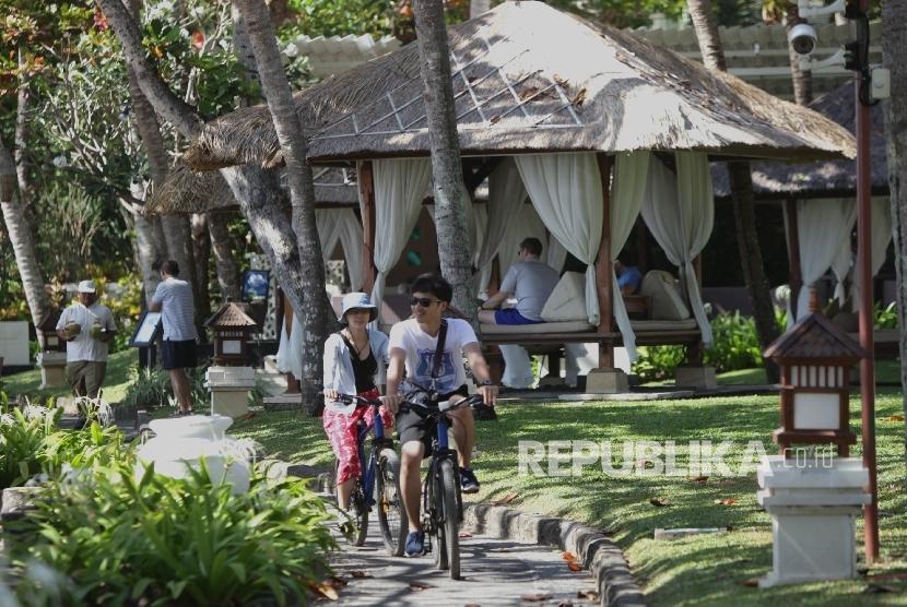 Wisatawan mancanegara beraktifitas di salah satu hotel berbintang di kawasan Nusa Dua,Bali, Jumat (25/8).