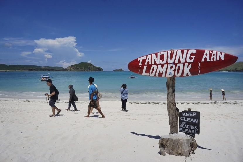 Wisatawan menikmati kawasan wisata Pantai Tanung Aan, Lombok Tengah, Nusa Tenggara Barat. (ilustrasi)