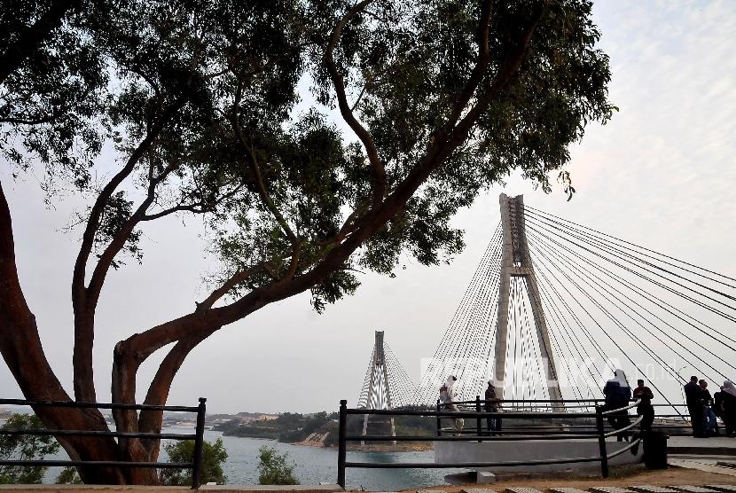 Wisatawan menikmati keindahan arsitektur jembatan Fisabilillah atau jembatan Barelang di Batam, Kepulauan Riau.