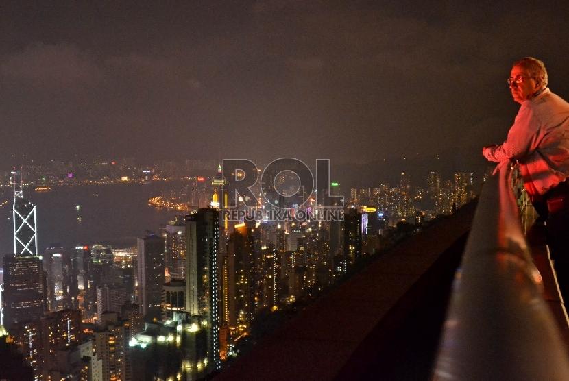 Wisatawan menikmati pemandangan Hongkong dari Puncak The Peak