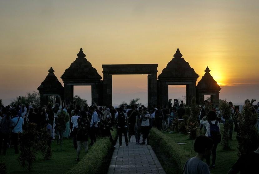 Wisatawan menikmati suasana sore di situs Candi Ratu Boko, Prambanan, Sleman, DI Yogyakarta. (ilustrasi)