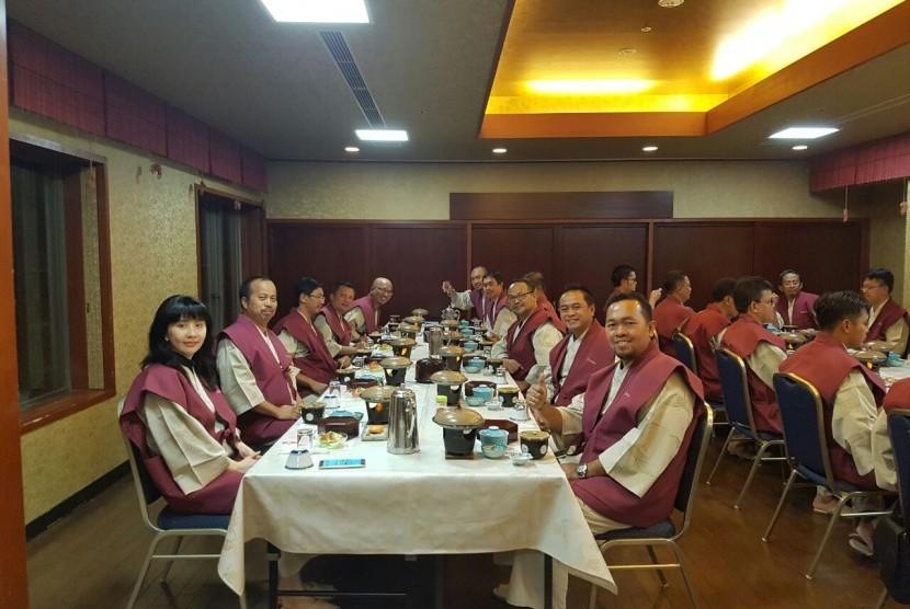 Wisatawan Muslim dari Indonesia menikmati menu di salah satu resto halal Jepang.