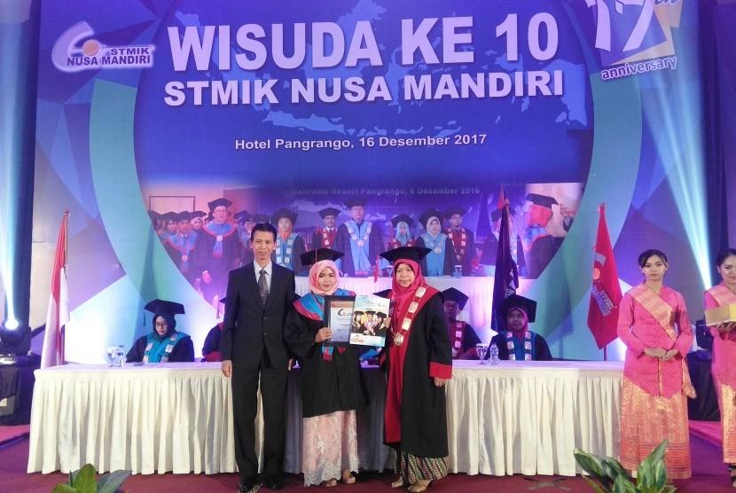 Wisudawan terbaik pada prosesi wisuda STMIK Nusa Mandiri Sukabumi ke-10, Sabtu (16/12)..