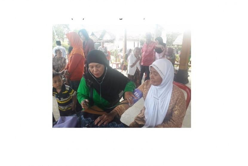 X-Trail Club Indonesia melakukan kegiatan sosial pengobatan gratis
