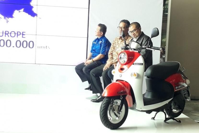 Yamaha mengenalkan motor listriknya di Indonesia, Rabu (1/11). Saat ini motor listrik Yamaha masih sebatas uji coba sebelum dijual