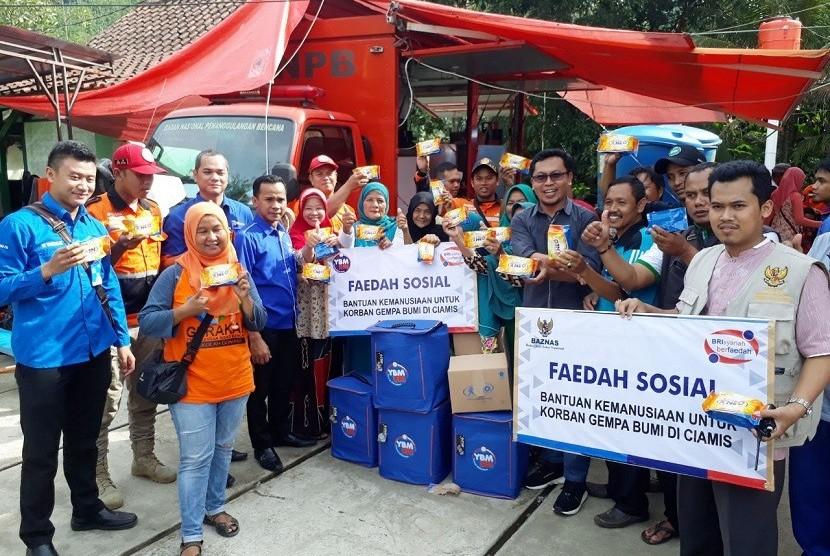 Yayasan Baitul Maal BRI  Menyerahkan bantuan kepada warga korban terkena dampak di Desa Sukahurip, Ciamis.