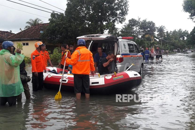YBM BRI memberikan bantuan buat korban bencana alam.