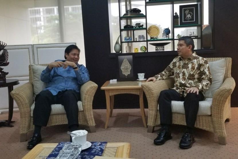 Yuddy Chrisnandi (kanan) bertemu dengan Ketua Umum Partai Golkar Airlangga Hartarto (kiri), di Kementerian Perindustrian, Rabu (14/2).