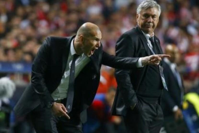 Zinadine Zidane, ketika mendamping pelatih Real Madrid, Carlo Ancelotti.