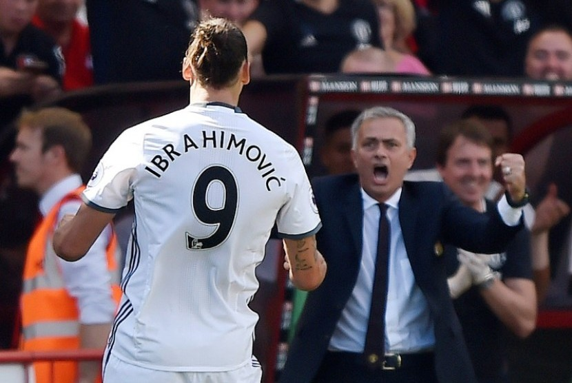 Zlatan Ibrahimovic dan Jose Mourinho (kanan)
