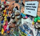 Boneka bekas digantung di pagar sekitar kawasan pintu air Manggarai, Jakarta, Selasa (21/2). (Republika/Edwin Dwi Putranto)