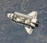 Gambar yang diambil oleh salah satu awak Stasiun Luar Angkasa Internasional ini memperlihatkan pesawat ulak alik Endeavour sedang mendekat untuk merapat di Stasiun Luar Angkasa Internasional, Rabu (18/5). Endeavour lepas landas dari Cape Canaveral, Florida
