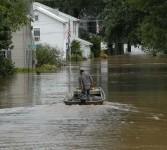 Hujan lebat akibat Badai Tropis Lee menyebabkan banjir besar di Amerika Serikat bagian timur, Kamis (9/8). (AP Photo/Matt Rourke)