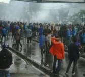 Aksi demonstrasi menolak kenaikan BBM di depan Stasiun Gambir, Jakarta, berakhir ricuh.