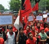 Massa simpatisan Partai Demnokrasi Indonesia Perjuangan (PDIP) berunjuk rasa menolak kenaikan harga bahan bakar minyak (BBM) di Jalan Merdeka Barat, Jakarta, Senin (26/3). (Republika/Aditya Pradana Putra)