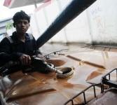 Nelayan mengisi bahan bakar minyak (BBM) solar di atas kapal sebelum melaut di SPBU Pelabuhan Ikan Muara Angke, Jakarta Utara, Rabu (29/2). (Republika/Wihdan Hidayat)