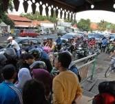 Petugas kepolisian melakukan olah tempat kejadian perkara (TKP) peristiwa kecelakaan maut di Jalan M.I. Ridwan Rais, Gambir, Jakarta Pusat, Senin (23/1). (Republika/Aditya Pradana Putra)