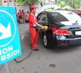 Petugas mengisikan bahan bakar minyak (BBM) bersubsidi atau premium pada mobil mewah di sebuah stasiun pengisian BBM umum (SPBU) di Cikini, Jakarta Pusat, Senin (2/4). (Republika/Aditya Pradana Putra)
