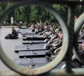 Polisi duduk menunggu aksi demonstrasi mahasiswa anti kenaikan harga BBM di Kawasan Monas, Jakarta, Selasa (27/3). (Republika/Wihdan Hidayat)