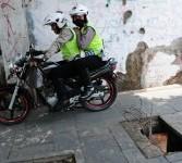 Polisi pengendara sepeda motor menggunakan trotoar untuk menghindari kemacetan di jalan raya, Jakarta, Selasa (21/2). (Republika/Aditya Pradana Putra)
