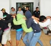 Sebanyak 40 pelaku penyalahgunaan obat berusia remaja diamankan kepolisian di Direktorat IV Narkotika Mabes Polri, Cawang, Jakarta Timur, Kamis (1/3). (Republika/Aditya Pradana Putra)