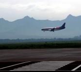 Sebuah pesawat komersil bersiap untuk mendarat di Bandara Abdul Rachman Saleh, Malang , Jawa Timur, Senin (19/3). (Republika/Prayogi)
