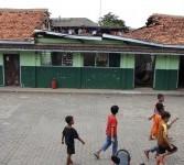 Sejumlah Anak beraktivitas di depan bangunan Sekolah Madrasah Ibtidaiyah Arridha yang roboh di Jl Jelambar Utama Raya. Jakarta Barat, Ahad (18/3). (Republika/Adhi Wicaksono)